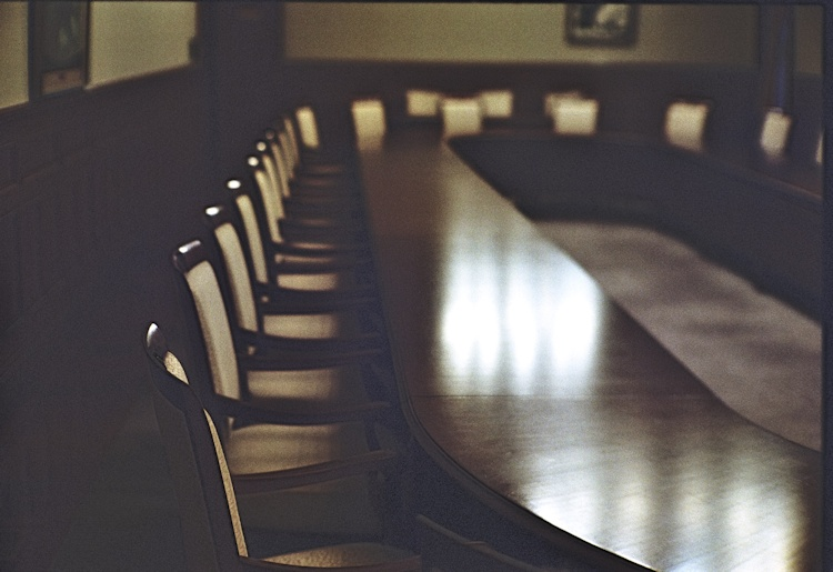 Image of a meeting room. Licensed under Creative Commons by 8 Kome on Flickr https://flic.kr/p/fi3HV8